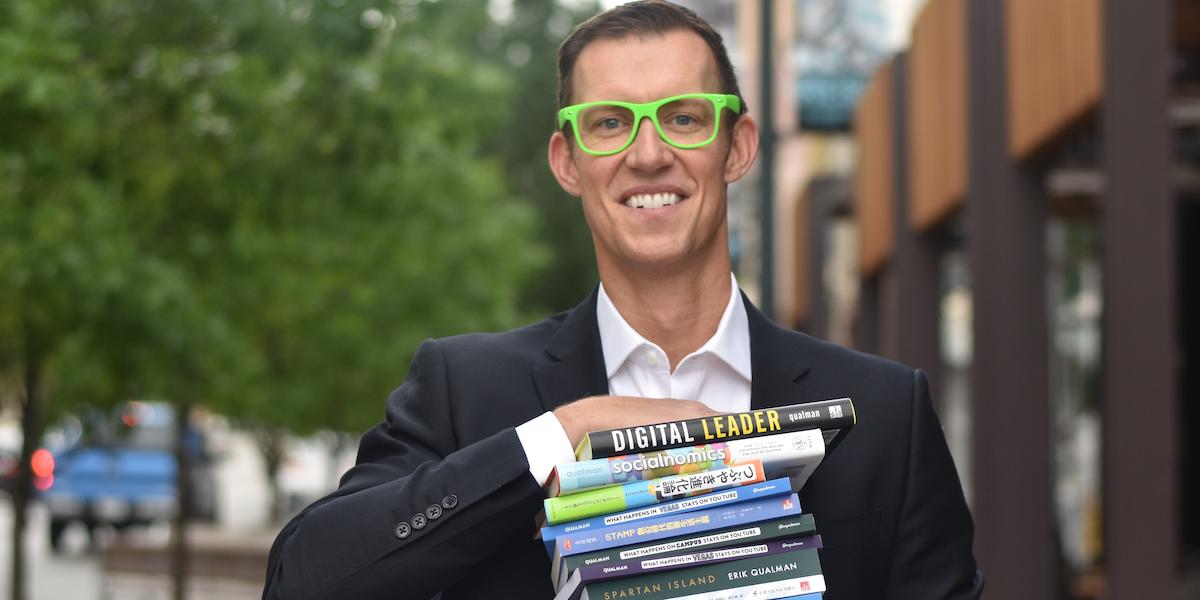 Erik Qualman holding books